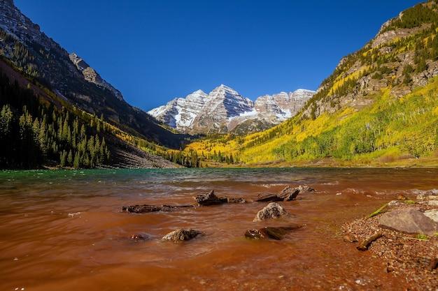 Zdjęcie krajobrazowe dzwonka maroon w sezonie jesiennym aspen colorado, stany zjednoczone