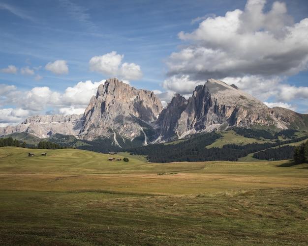 Zdjęcie krajobrazowe góry plattkofel i szerokiego pastwiska w compatsch we włoszech