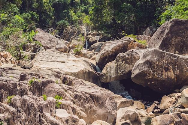 Zdjęcie krajobrazowe, piękny wodospad w lesie deszczowym, nha trang tajlandia