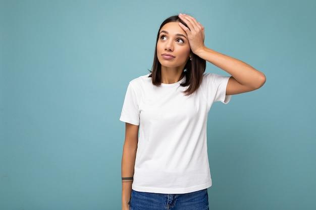Zdjęcie ładnej, atrakcyjnej, uroczej, uroczej, smutnej, zdenerwowanej, smutnej, brązowowłosej kobiety ubranej na biało