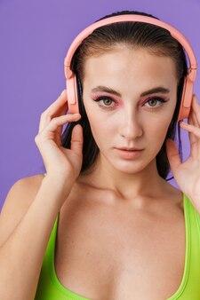 Zdjęcie ładnej kobiety mody korzystającej ze słuchawek