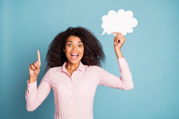 Zdjęcie ładnej modelki pani trzyma papierową chmurę myślenia umysł