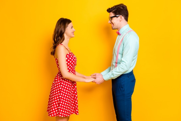 Zdjęcie ładnej pani, przystojny facet trzyma ręce