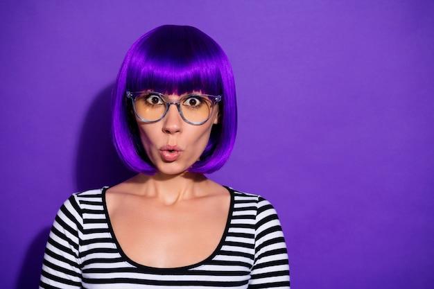 Zdjęcie ładnej pani słuchać nieoczekiwanych złych wiadomości nosić specyfikacje jasna peruka paski sweter na białym tle fioletowym tle