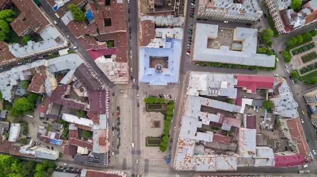 Zdjęcie lotnicze budynków czerniowiec i ulicy europejskiego miasta