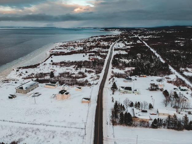 Zdjęcie lotnicze domów w pobliżu morza