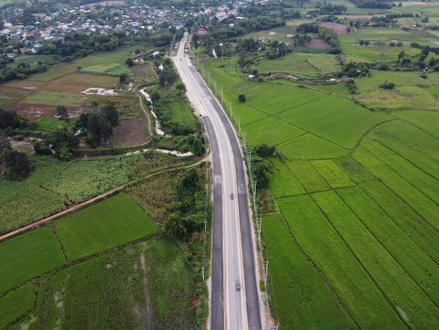 Zdjęcie lotnicze drogi w budowie w zielonym polu.