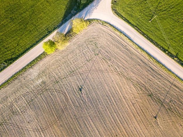 Zdjęcie lotnicze drona green meadows and dirt road skrzyżowania
