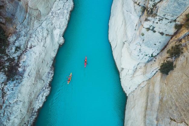 Zdjęcie lotnicze kajaka w rzece między górami