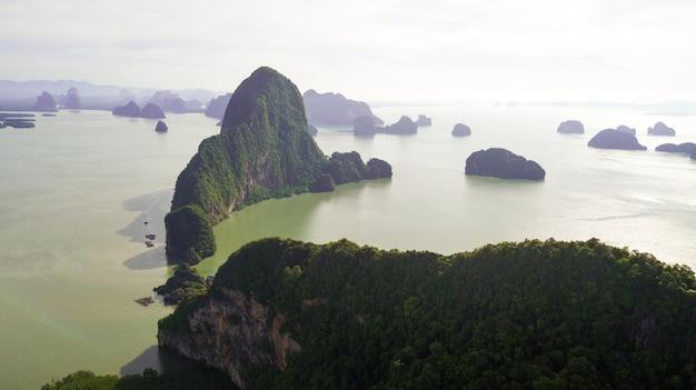 Zdjęcie lotnicze krajobrazu górskiego i wybrzeża tajlandii