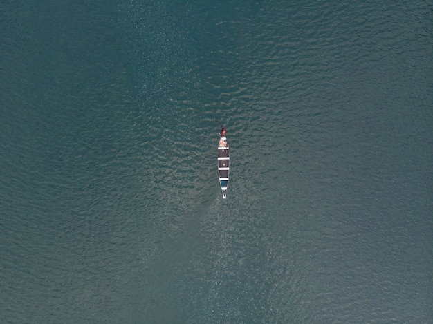 Zdjęcie lotnicze łodzi na rzece spiti, indie