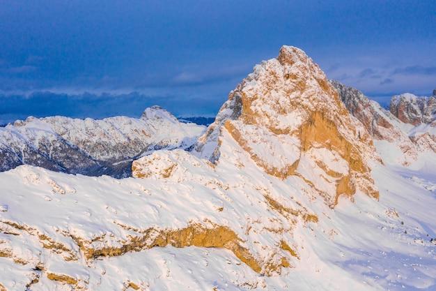 Zdjęcie lotnicze niesamowitego śnieżnego krajobrazu w świetle słonecznym