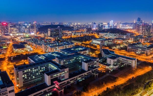 Zdjęcie lotnicze nocnego widoku miejskiego krajobrazu architektonicznego qingdao w chinach