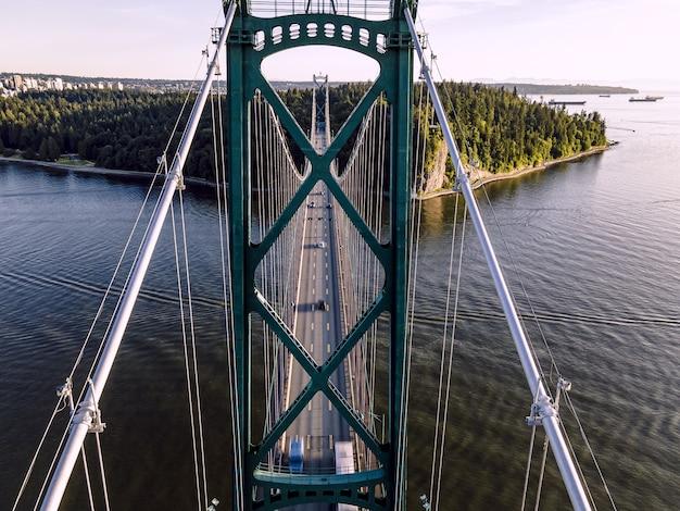 Zdjęcie lotnicze pięknego mostu lions gate bridge, vancouver, kolumbia brytyjska