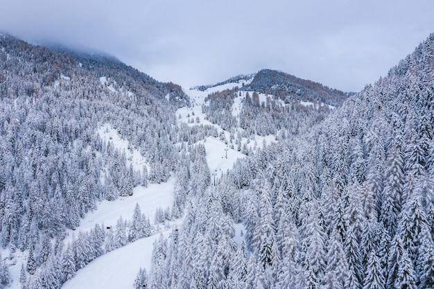 Zdjęcie lotnicze pięknego śnieżnego krajobrazu pod zachmurzonym niebem