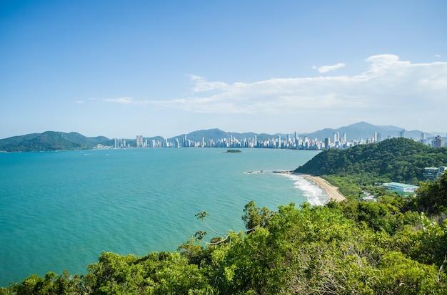 Zdjęcie lotnicze plaży cambori santa catarina w brazylii