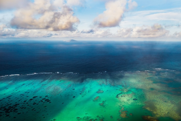 Zdjęcie lotnicze północnego, północno-wschodniego wybrzeża wyspy mauritius.