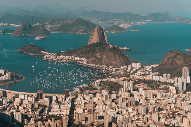 Zdjęcie lotnicze rio de janeiro otoczone morzem i wzgórzami w słońcu w brazylii