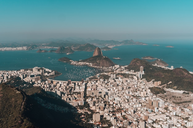 Zdjęcie lotnicze rio de janeiro otoczone wzgórzami i morzem pod błękitnym niebem w brazylii