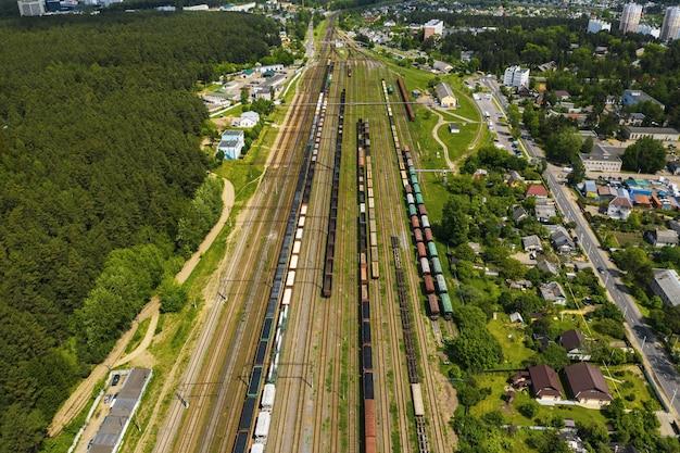 Zdjęcie lotnicze torów kolejowych i samochodów. widok z góry na samochody i koleje.mińsk.białoruś.