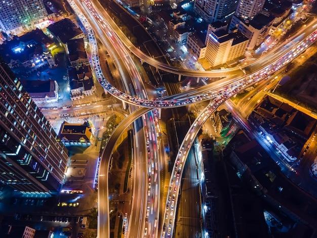Zdjęcie lotnicze wiaduktu miejskiej sceny nocnej