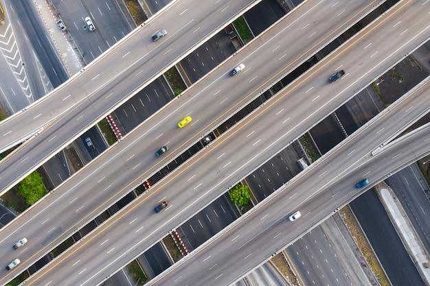 Zdjęcie lotnicze wielopoziomowej podwyższonej autostrady skrzyżowania autostrady przechodzącej przez nowoczesne miasto w wielu kierunkach