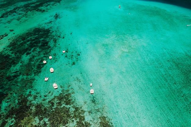 Zdjęcie lotnicze wschodniego wybrzeża wyspy mauritius. piękna laguna wyspy mauritius nakręcona z góry.