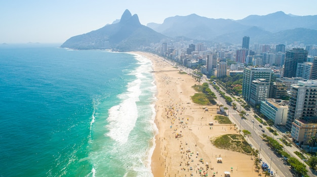 Zdjęcie lotnicze z plaży ipanema w rio de janeiro. 4k.