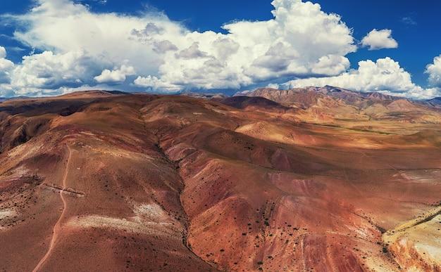 Zdjęcie lotnicze żółtych i czerwonych gór przypominających powierzchnię marsa