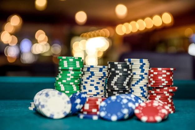 Zdjęcie makro żetonów w kasynie na stole