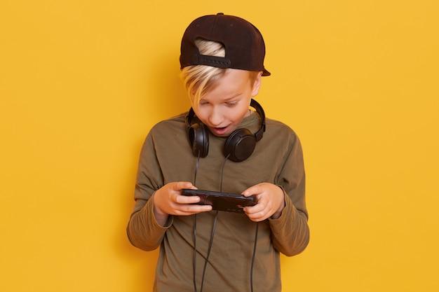 Zdjęcie małego blond faceta w zwykłej odzieży
