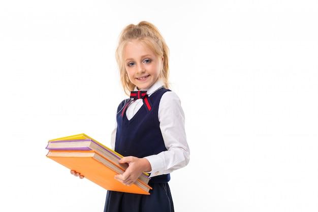 Zdjęcie małej dziewczynki z blond włosami prowadzi książki