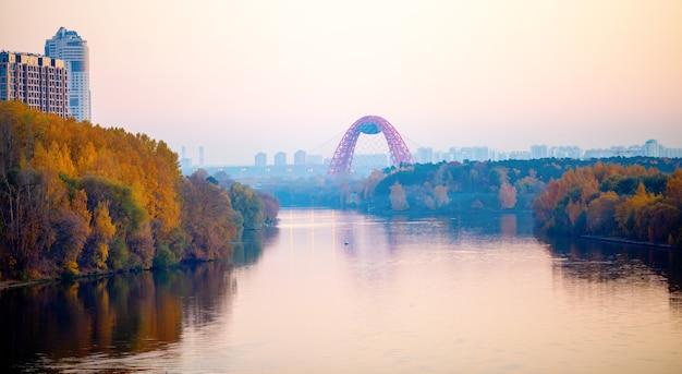 Zdjęcie malowniczego mostu w moskwie jesienią.