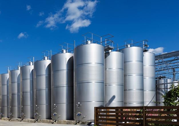 Zdjęcie metalowych beczek wina w fabryce