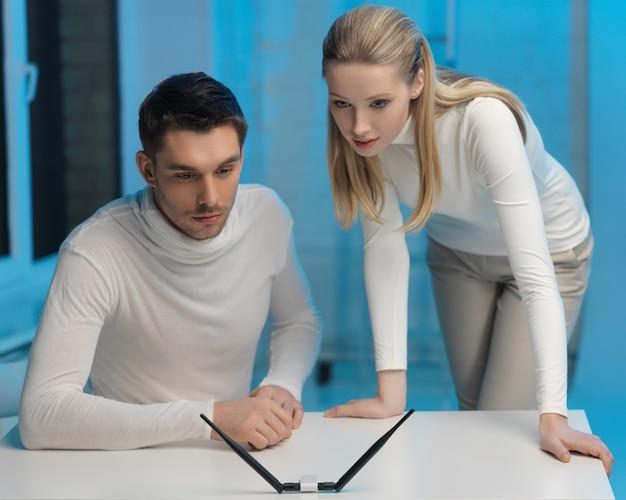 Zdjęcie mężczyzny i kobiety pracujących z czymś wyimaginowanym