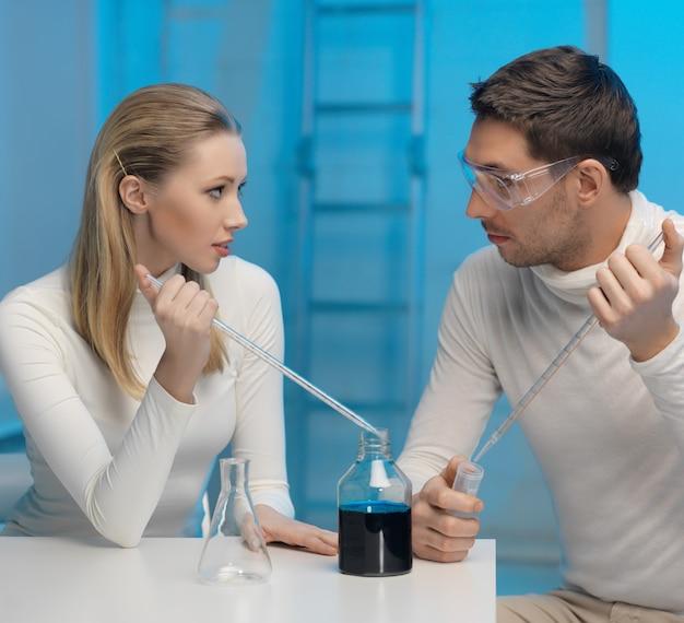Zdjęcie mężczyzny i kobiety w laboratorium kosmicznym
