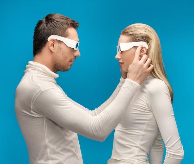 Zdjęcie mężczyzny i kobiety w okularach 3d