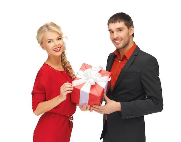 Zdjęcie mężczyzny i kobiety z prezentem