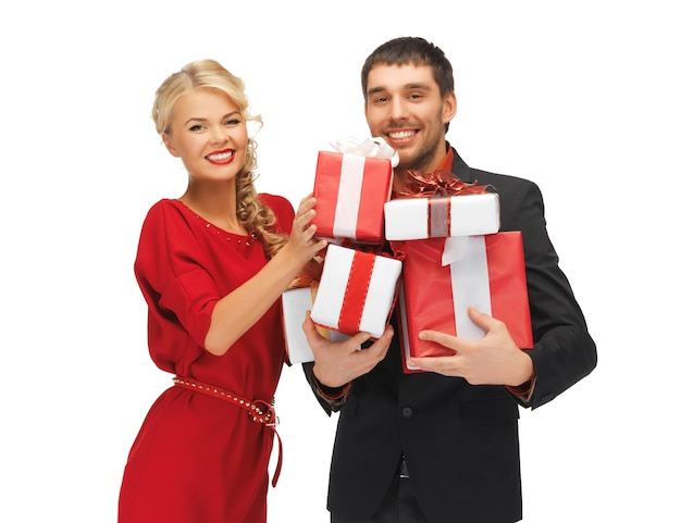 Zdjęcie mężczyzny i kobiety z pudełkami na prezenty