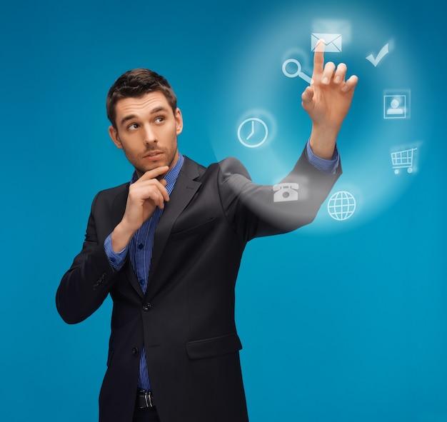 Zdjęcie mężczyzny w garniturze pracującego z czymś wyimaginowanym