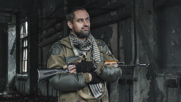 Zdjęcie mężczyzny w mundurze z bronią