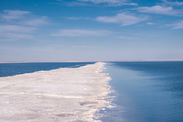 Zdjęcie mierzei przybrzeżnej. krajobraz słonego jeziora. płaskorzeźba morza.