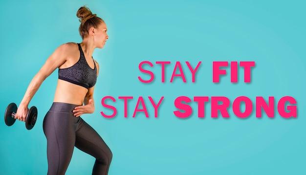 Zdjęcie mięśniowego modelu fitness ćwiczącego z hantlami na niebieskim tle z tekstem