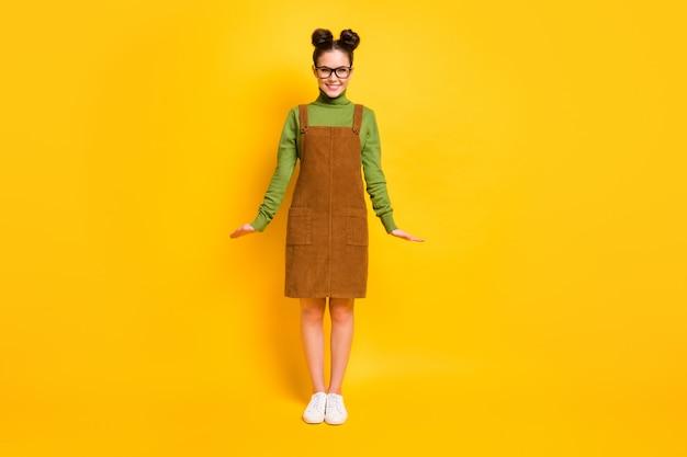 Zdjęcie miłej uroczej dziewczyny cieszy się lekcją noszenia ubrań w okularach
