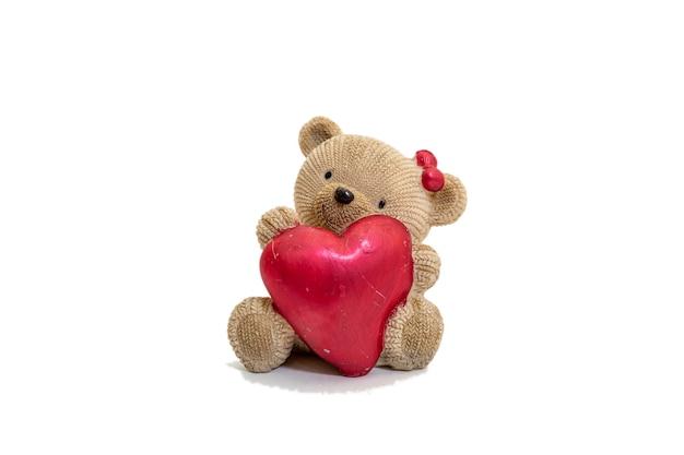 Zdjęcie misia ma prezent dla przyjaciółki na białej powierzchni. koncepcja valentine.