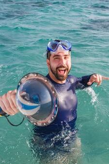 Zdjęcie młodego chłopca na wakacjach z okularami pływackimi w morzu. mężczyzna na wakacjach cieszący się oceanem