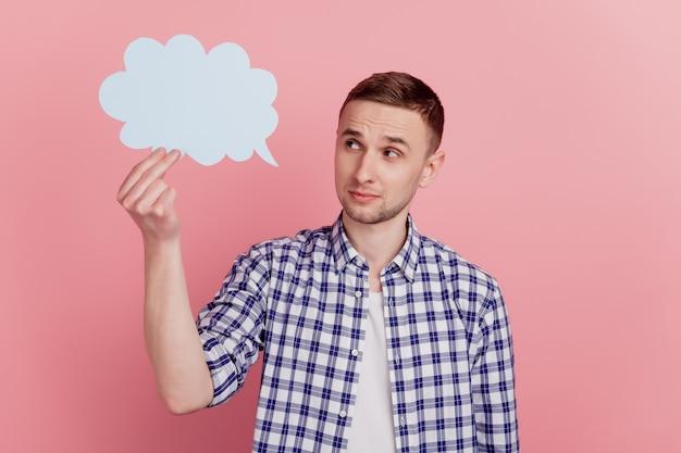 Zdjęcie młodego mężczyzny wygląda na myśl hmm głębokie kreatywne okno dialogowe mowy w chmurze na tle pastelowych kolorów