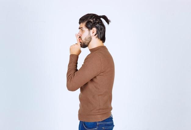 Zdjęcie młodego mężczyzny z brodą stojącego w milczeniu. zdjęcie wysokiej jakości