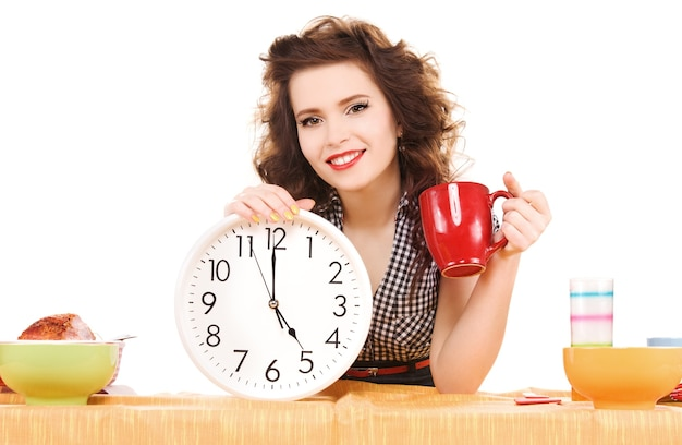 Zdjęcie młodej atrakcyjnej kobiety w kuchni