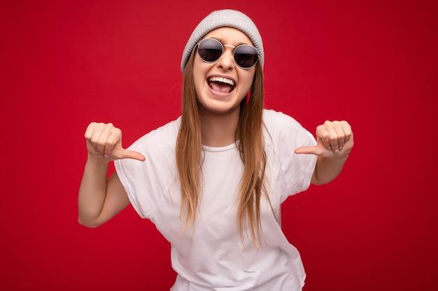Zdjęcie młodej emocjonalnej pozytywnej szczęśliwej atrakcyjnej ciemnej blondynki kobiety ze szczerymi emocjami na sobie
